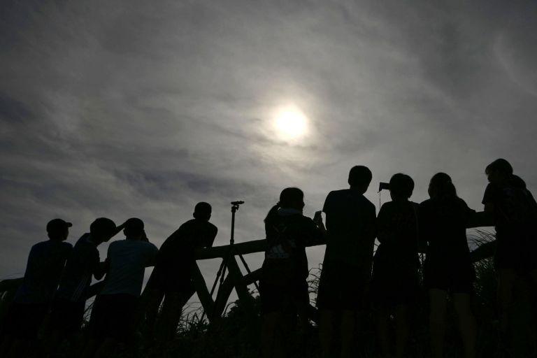 Любители наблюдават явлението на места в префектура Окинава, Япония