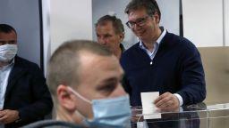 Уверен в успеха, Вучич свали маската пред изборната урна