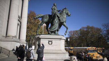 Демонтиран паметник на Теодор Рузвелт заради вървящи пеша индианец и чернокож