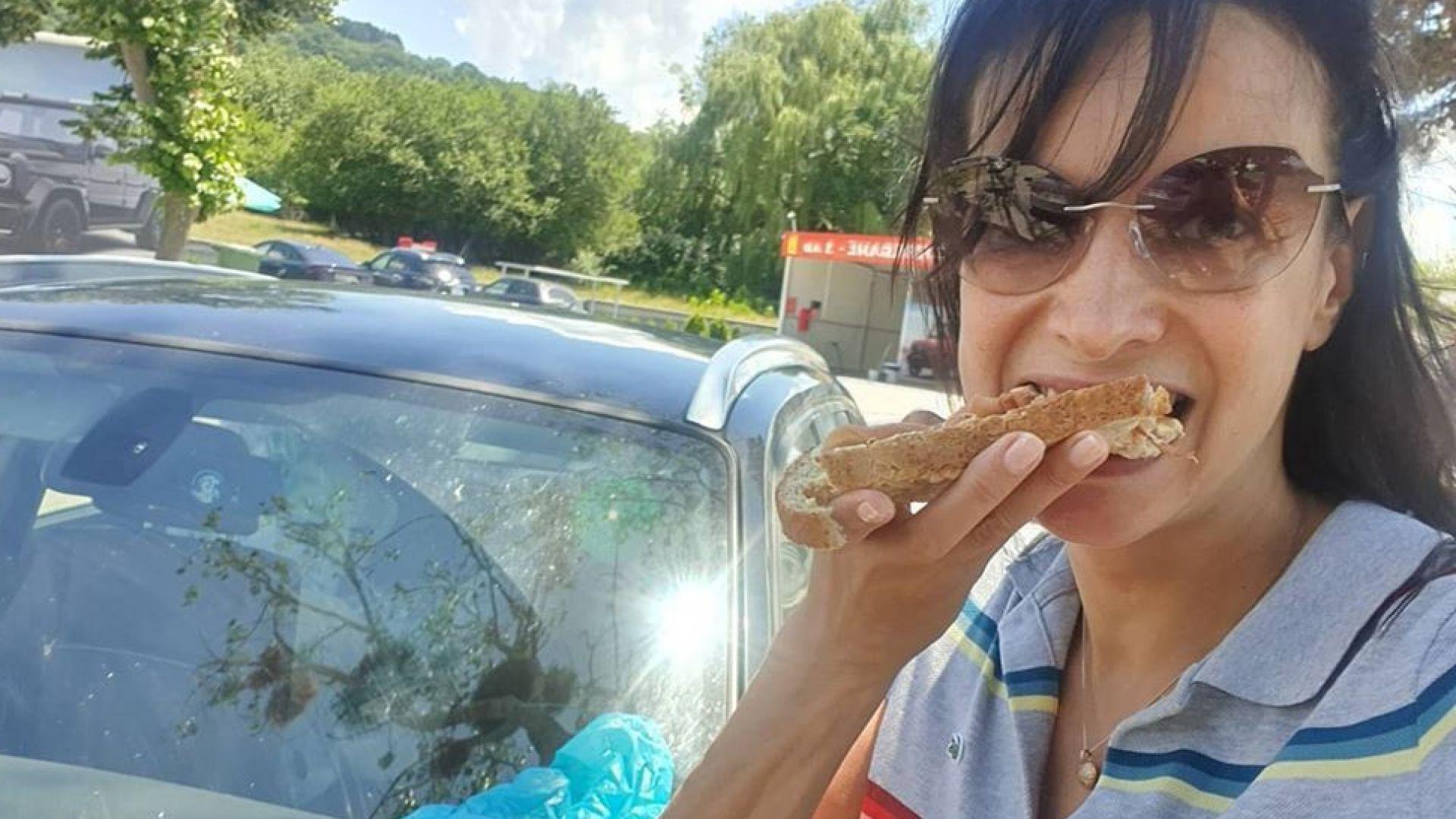 Яна Маринова похапва върху капака на колата си