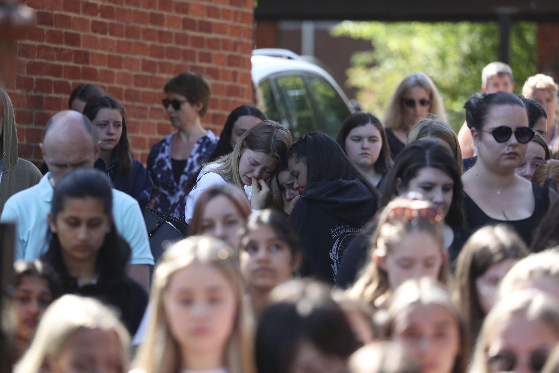 Минута мълчания в памет на убития учител в училището, където е преподавал