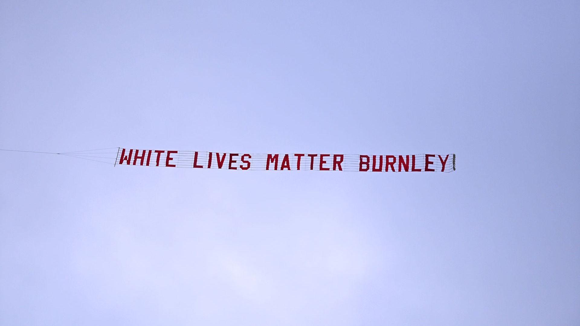 """Послание """"Белите животи имат значение"""" над стадион в Англия разпали скандал"""