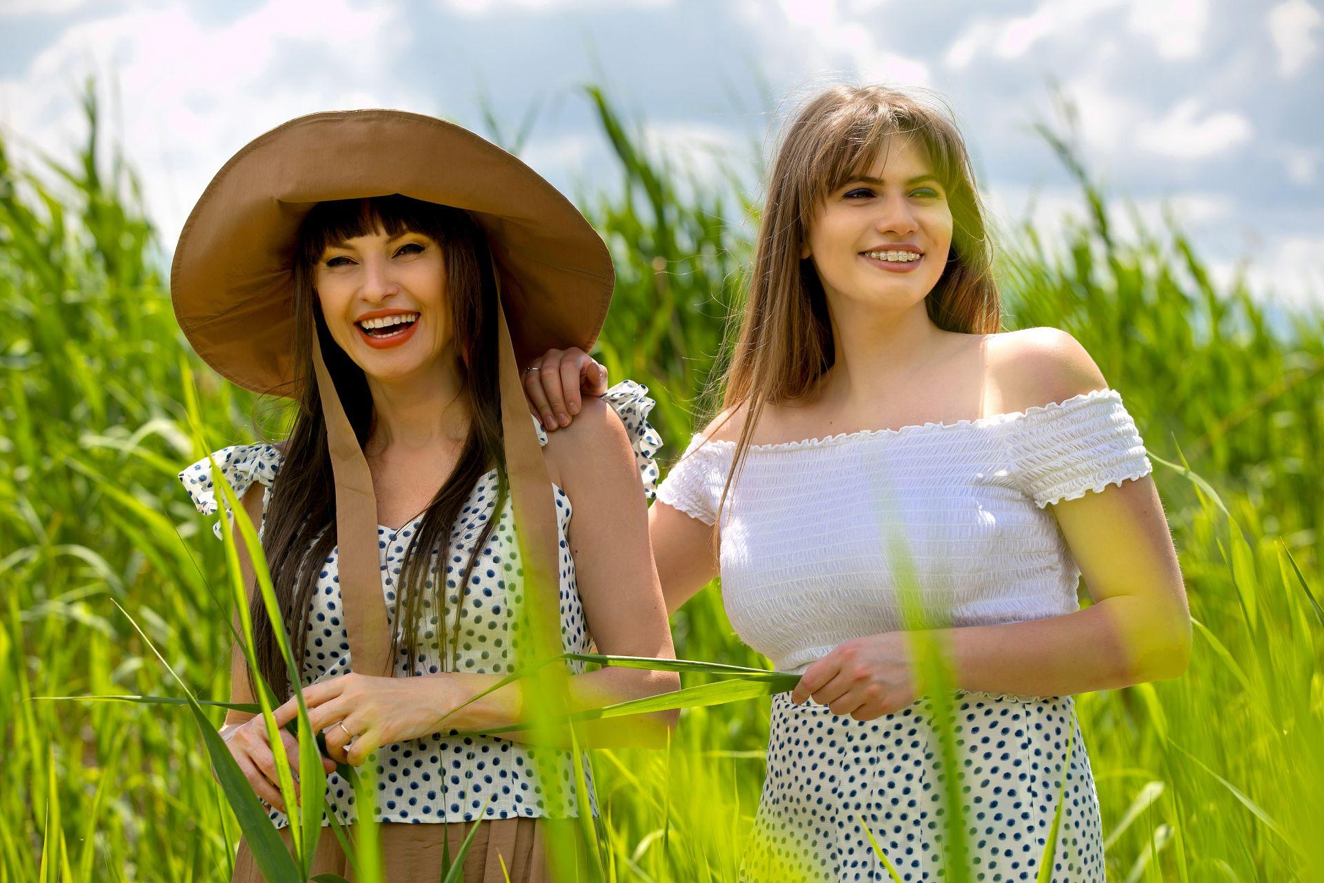 Лилия Маравиля-блуза H&M, шапка и пола (архив); Паола Маравиля- пола H&M, блуза (личен архив)