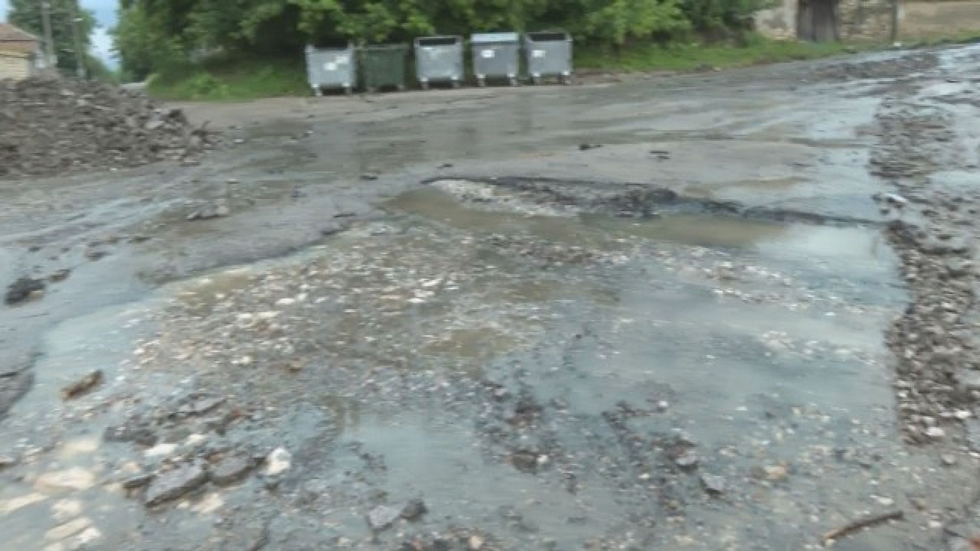 Отнесена улица и десетки наводнени сгради след порой в село Пчелище