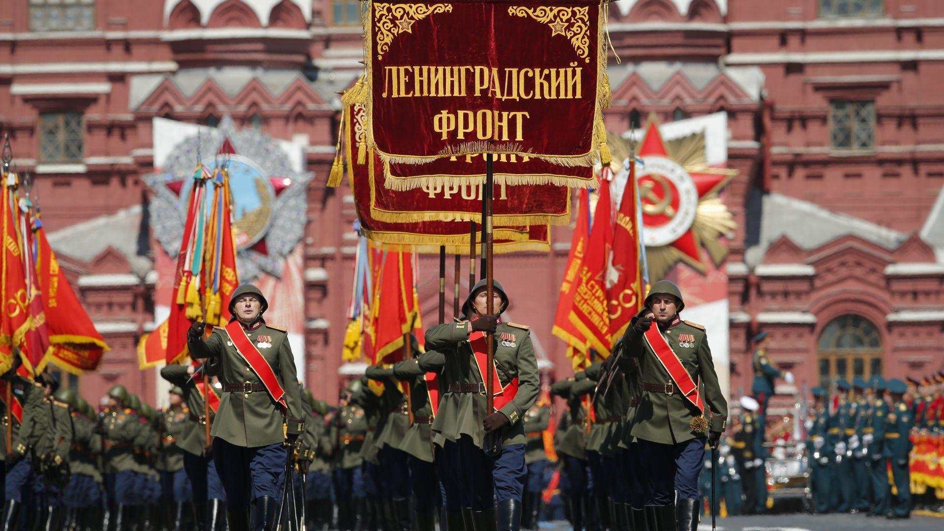 По червения площад преминаха и войници в униформи от Втората световна война
