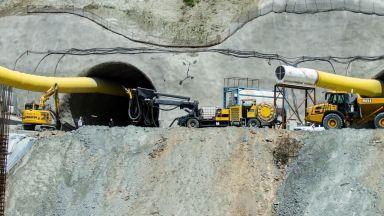 """Трима затрупани при срутване в строящия се тунел """"Железница"""" (снимки/видео)"""