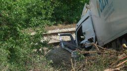 Катастрофа между два ТИР-а блокира влакове в Русенско (снимки)