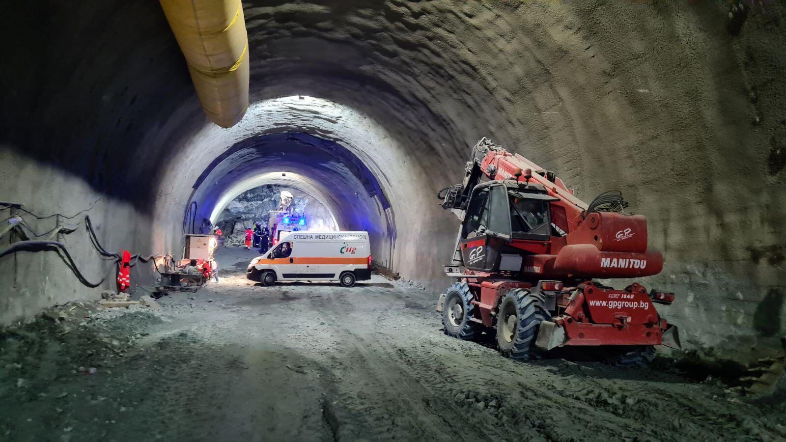 Около 10.40 часа днес се срути скална маса в тунела и затрупа трима от работещите на обекта