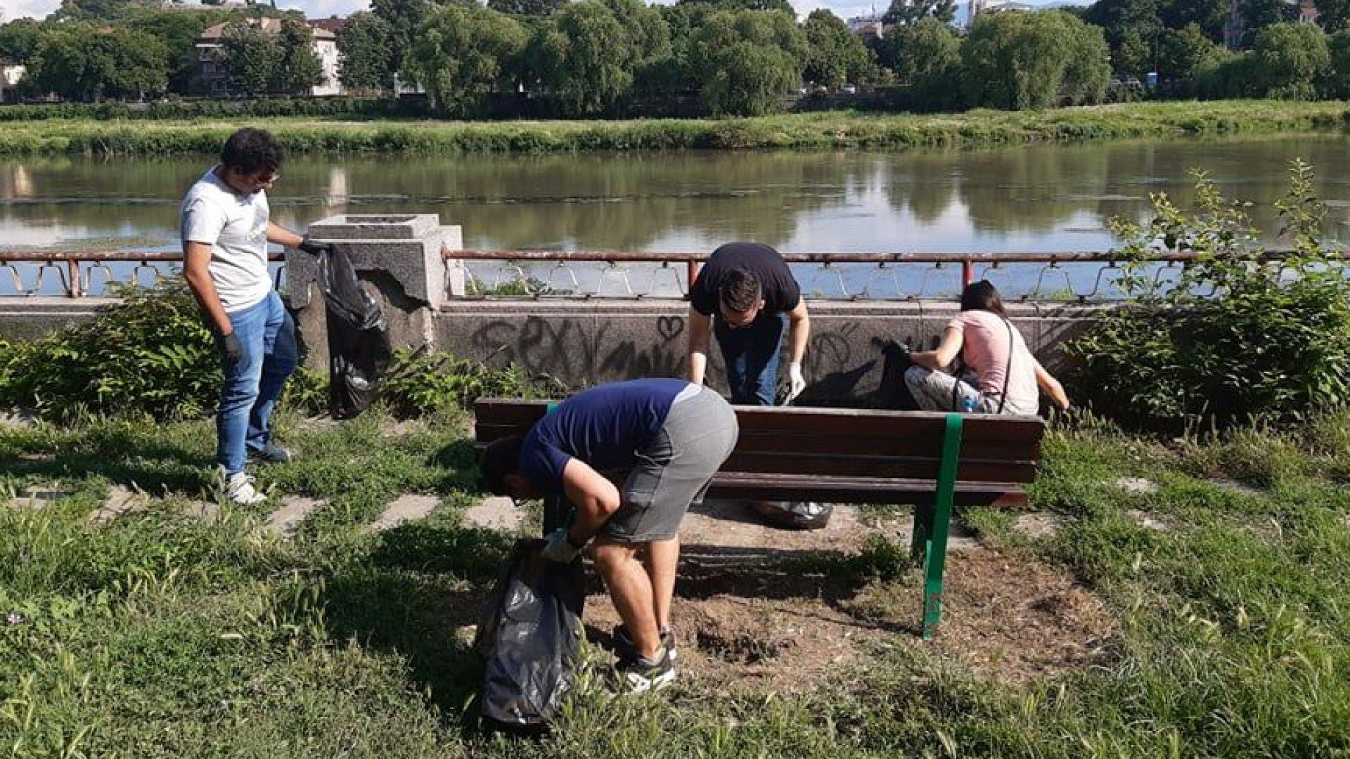 Доброволци почистиха част от брега на р. Марица в Пловдив