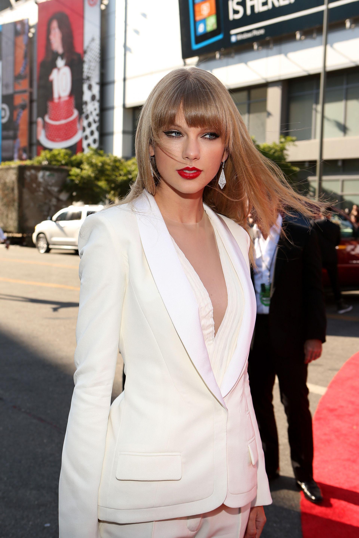 Тейлър Суифт залага на белите костюми на червения килим