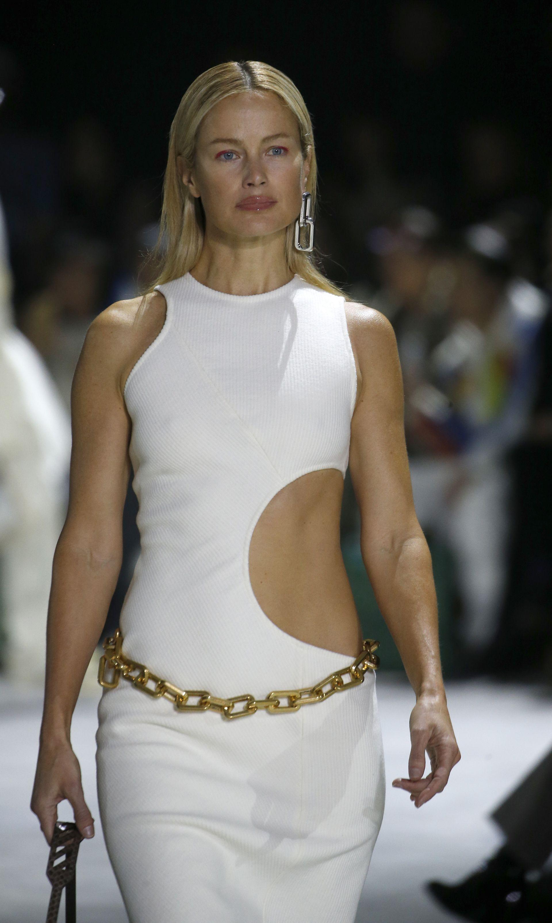 Белите рокли по тялото с изрязани части или на големи дупки са хит това лято