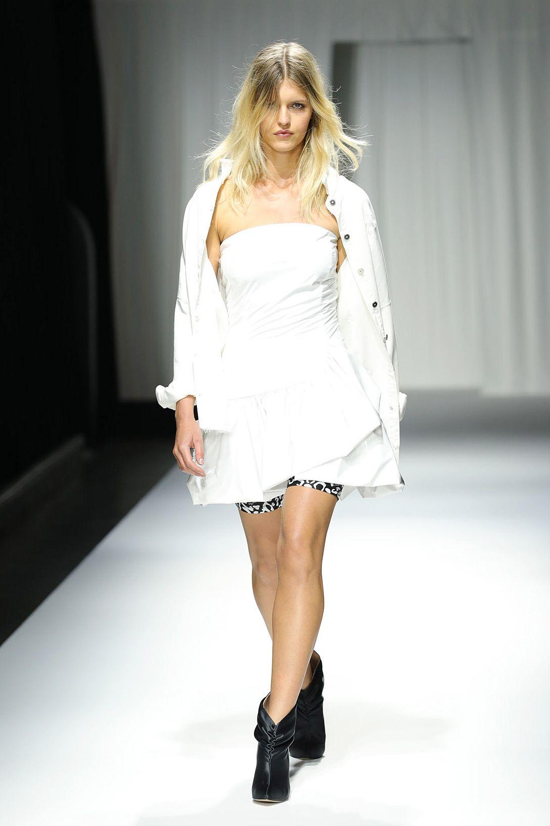 Бели рокли и туники могат да се комбинират с неон, черно и червено