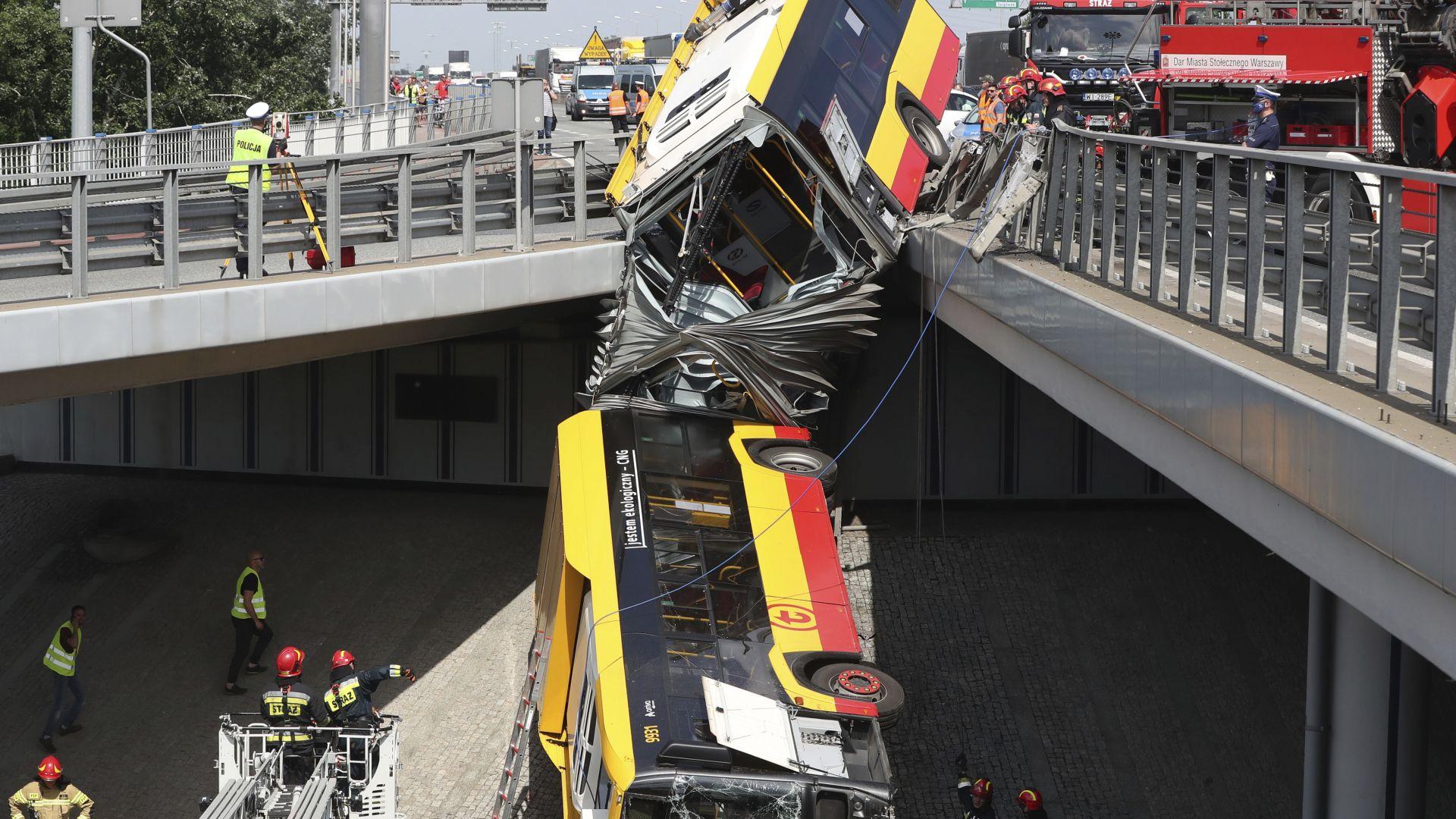 Безпрецедентна спасителна акция във Варшава: Автобус се разцепи на две на мост, има жертви