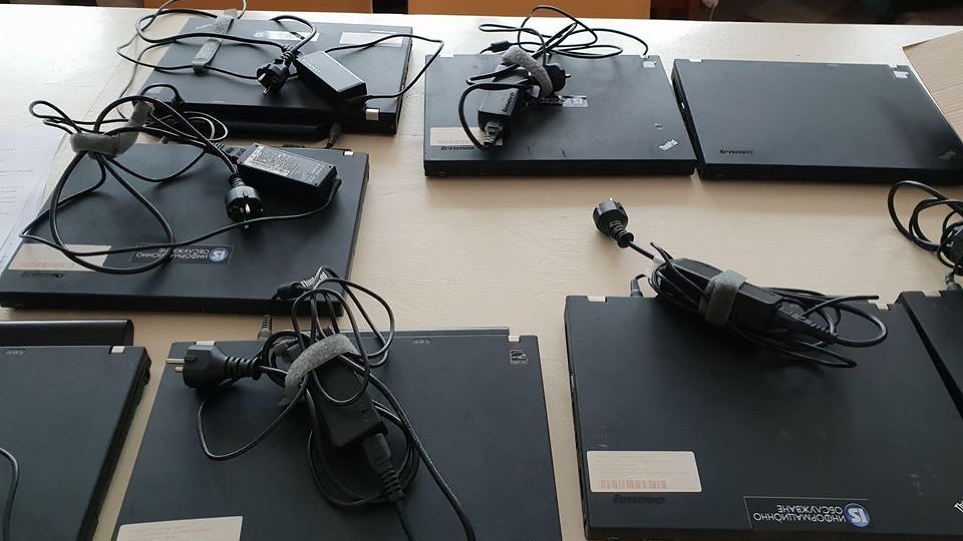 10 преносими компютри са раздадени на деца, които не са имали възможност в началото да се включат в онлайн обучението
