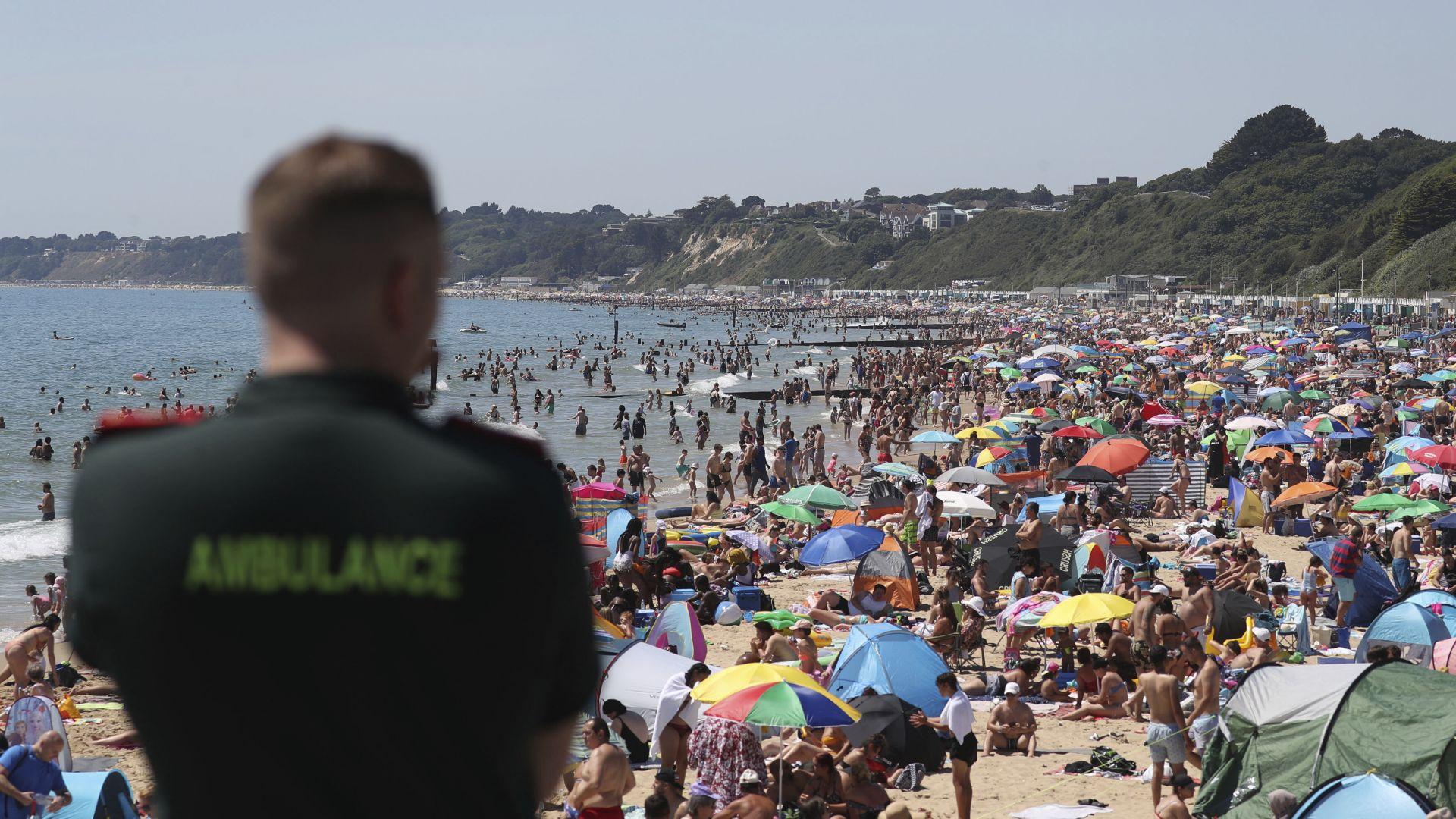 33 градуса - британците превзеха плажовете, въпреки мерките за социална дистанция (снимки)