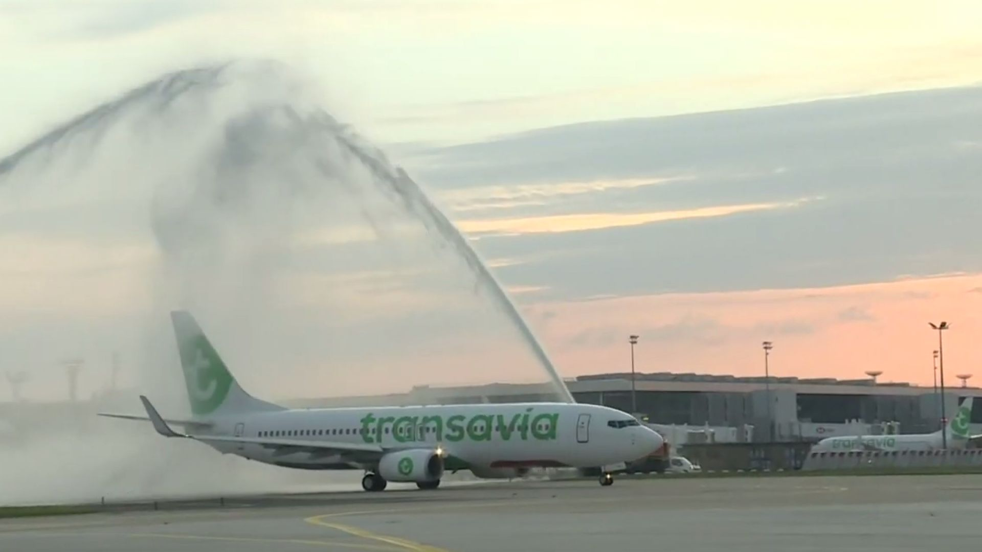 """С """"воден салют"""" """"Орли"""" пусна първия си самолет след 3-месечно прекъсване (видео)"""