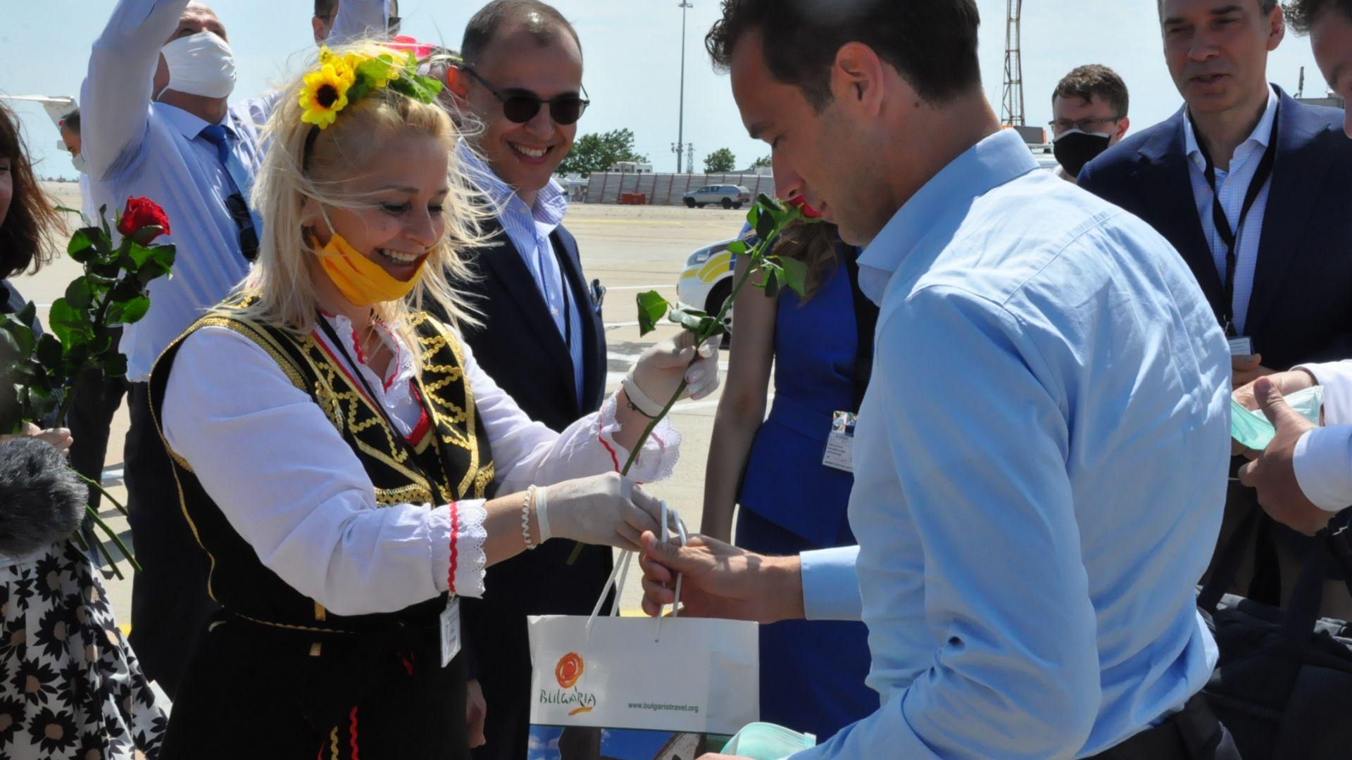 Министър и кмет посрещнаха първите туристи за сезона в Бургас (снимки)
