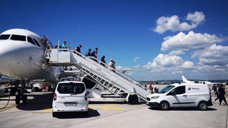 Летище Варна посрещна първите чартърни туристи. Ще спасим ли се сезона? (снимки)