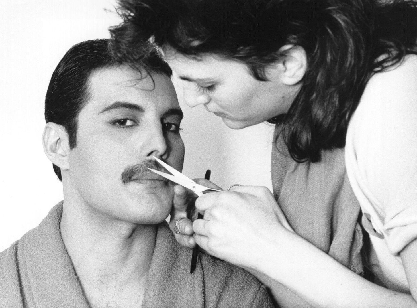 1982 г. - подстригване на мустаците на рок легендата Фреди Меркюри