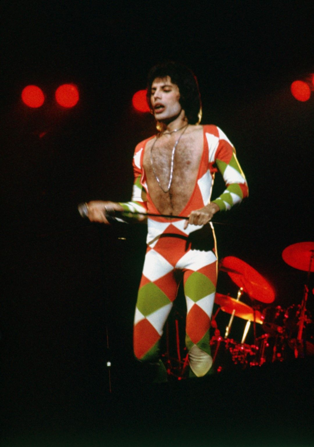 Юни 1977 г.:  Фреди Меркюри на сцената на концерт на Queen