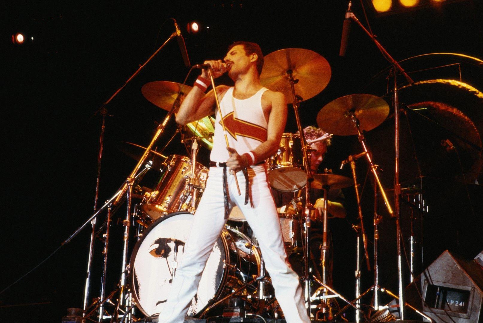 5 юни 1982 г.: Фреди Меркюри изпълнява песните на Queen на концерт във Великобритания