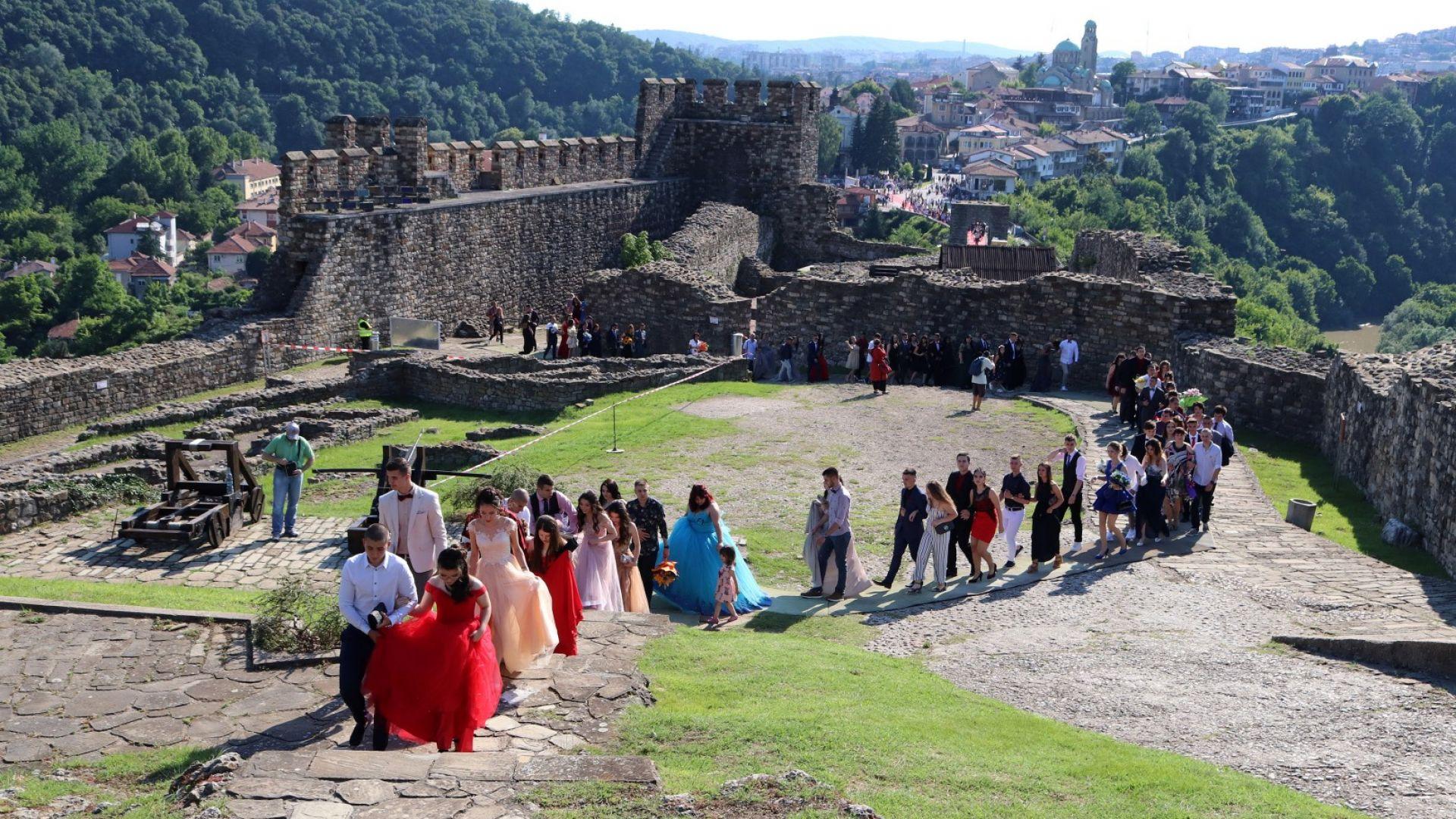 Велико Търново изпрати абитуриентите си с червен килим на Царевец (снимки)
