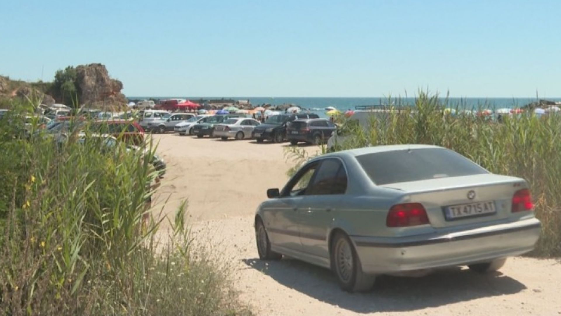 """Нагли шофьори превърнаха плаж """"Болата"""" в паркинг, въпреки забраните"""
