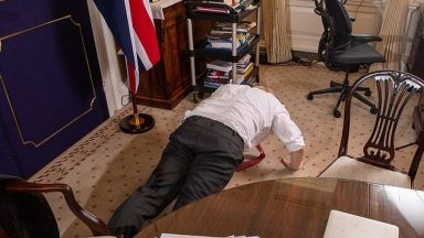 "Борис Джонсън демонстрира ""страхотна форма"" с лицеви опори"