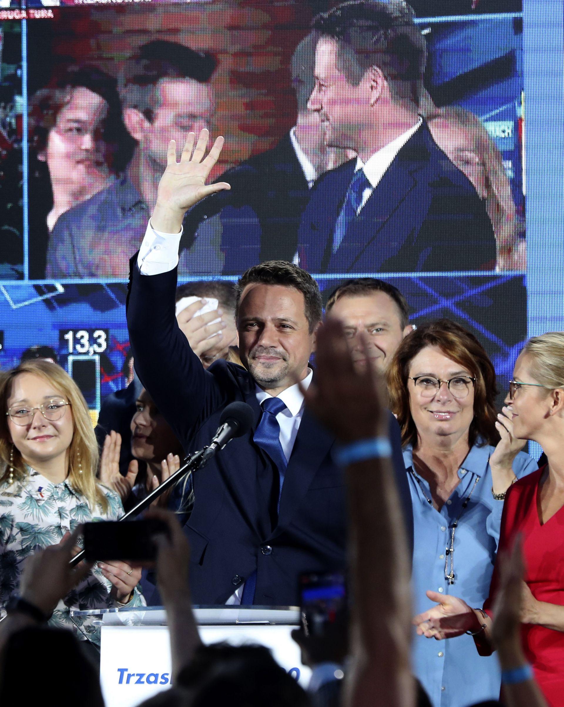 Кметът на Варшава Рафал Тшасковски печели 30% от вота