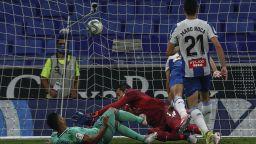 Реал докосва титлата след стратегически триумф в Барселона