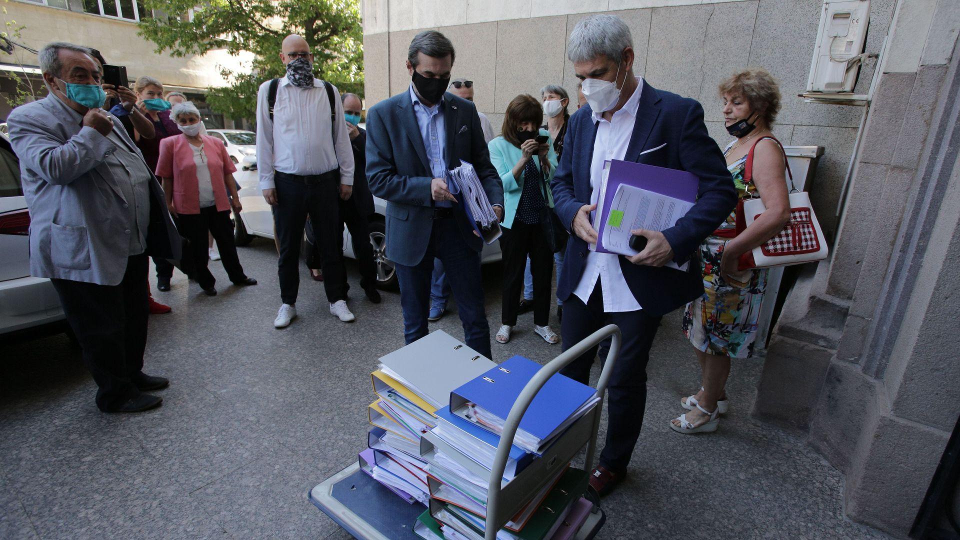Синдикатите внесоха подписка за промени в социалното законодателство (снимки)