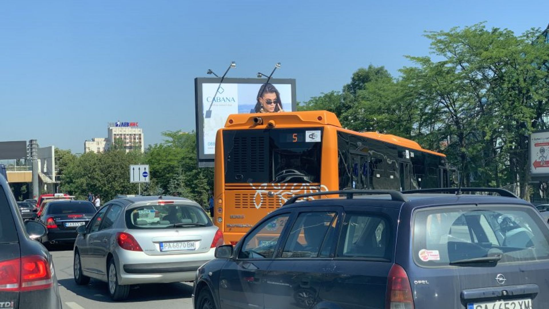 """Катастрофа между автобус и БМВ блокира движението по """"Цариградско шосе"""" (снимки)"""