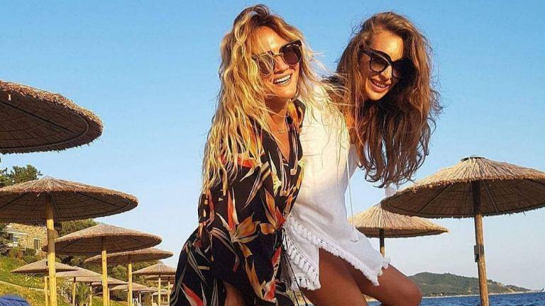 Никол Станкулова край морето със Зейнеб - Приятелите са свързани сърце със сърце