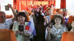 Превозват с автобуси хората от Донбас да гласуват на референдума в Русия