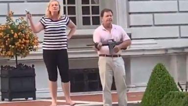 Американско семейство насочи оръжия към протестиращи, Тръмп ретуитна записа (видео)