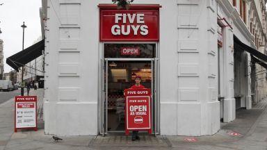 Ядеш за 20 паунда, плащаш само 10: как Великобритания иска да спаси ресторантите