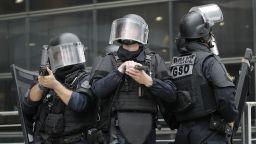 Полиция блокира мол в Париж по сигнал за въоръжен мъж (видео и снимки)
