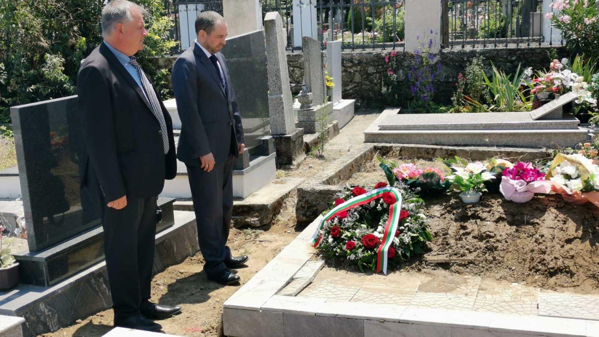 Посланикът ни в Скопие положи венец на гроба на Спаска Митрова (снимки)