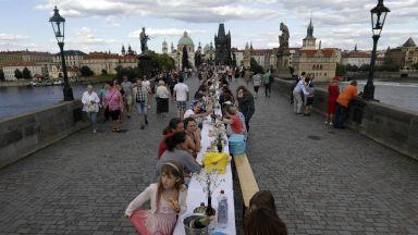"""В Прага изпратиха пандемията с """"прощално парти"""" на 500-метрова маса на Карловия мост"""