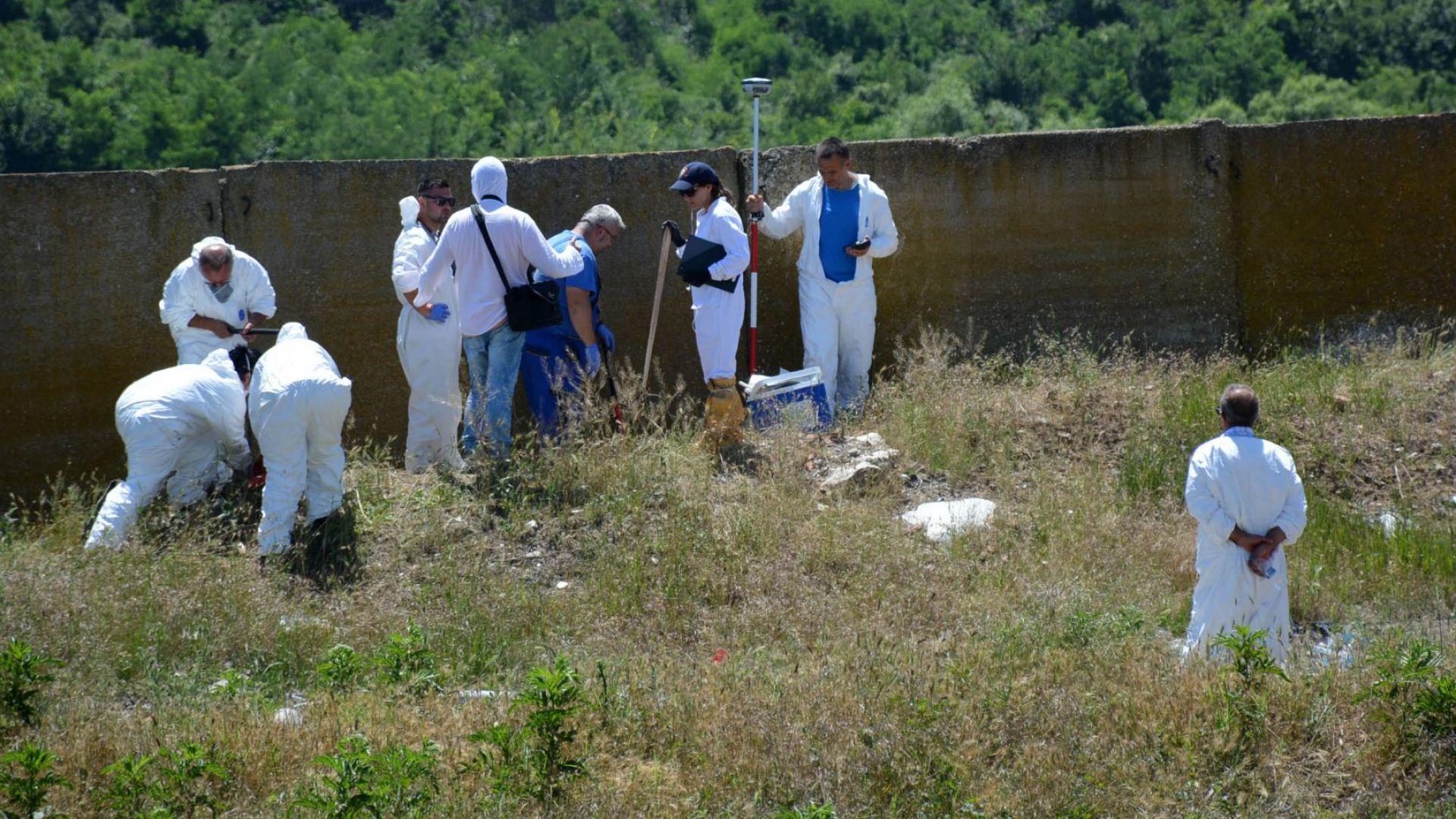Прокурори откриха около 40 т отпадъци, заровени в бившето ТКЗС край Червен бряг (снимки)