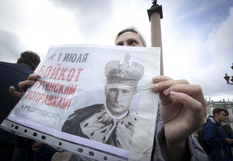 """Жена държи плакат с надпис """"1 юли. Бойкот на измененията на Путин"""" протестира на площад """"Дворец"""" в Санкт Петербург"""