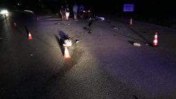 """Моторист и спътничката му са тежко ранени, след като кола не спря на """"стоп"""" (видео)"""
