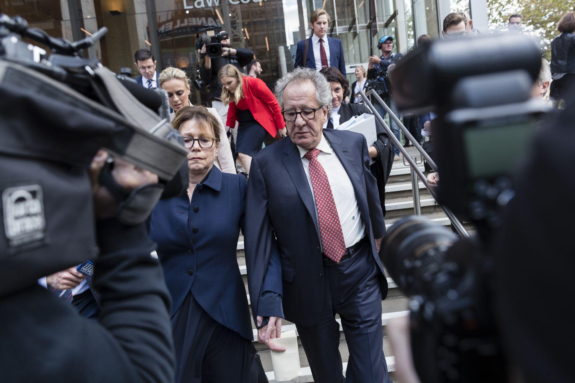Джефри Ръш и съпругата му излизат от съдебната зала