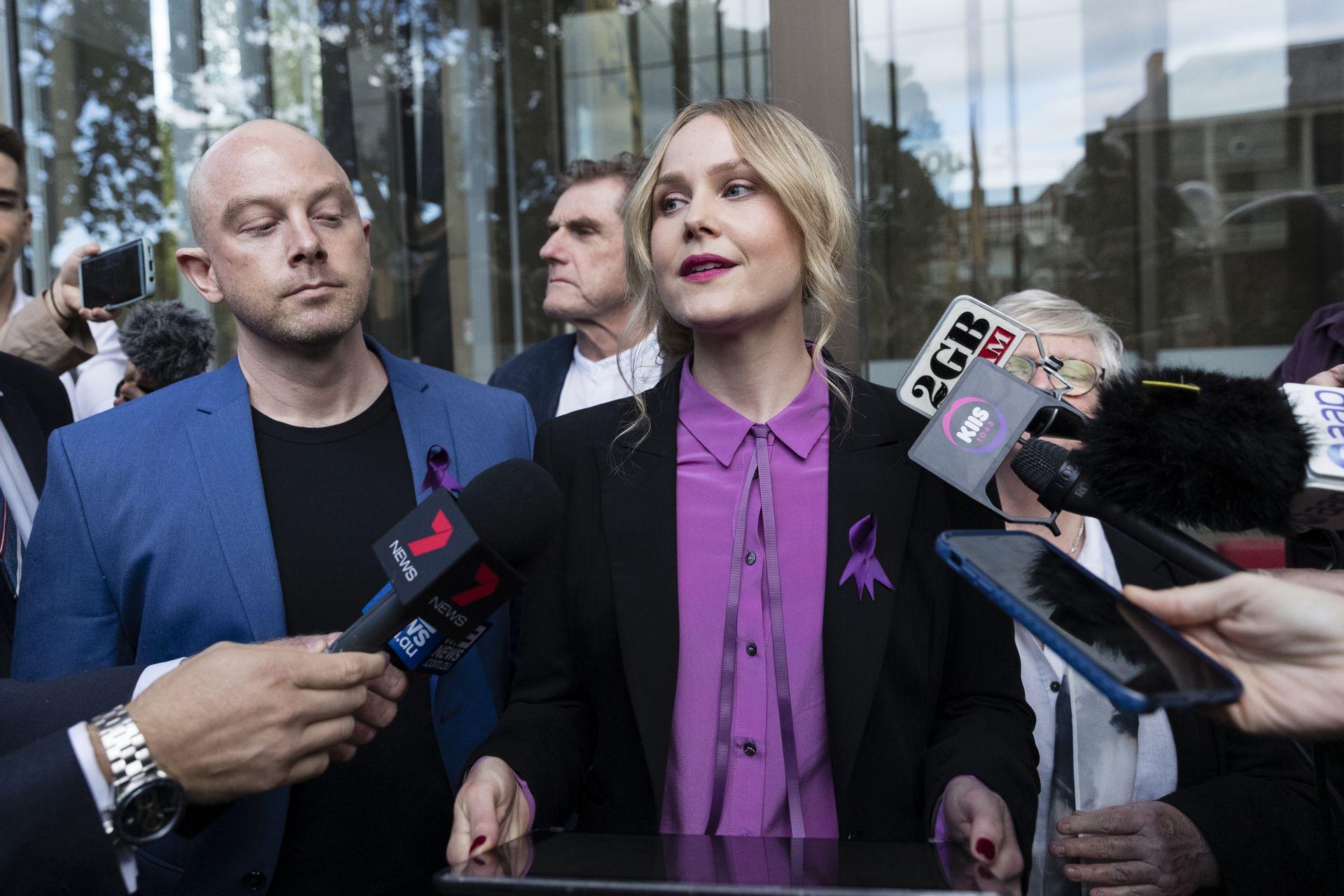 Ерин Джийн Норвил дава изявление по делото