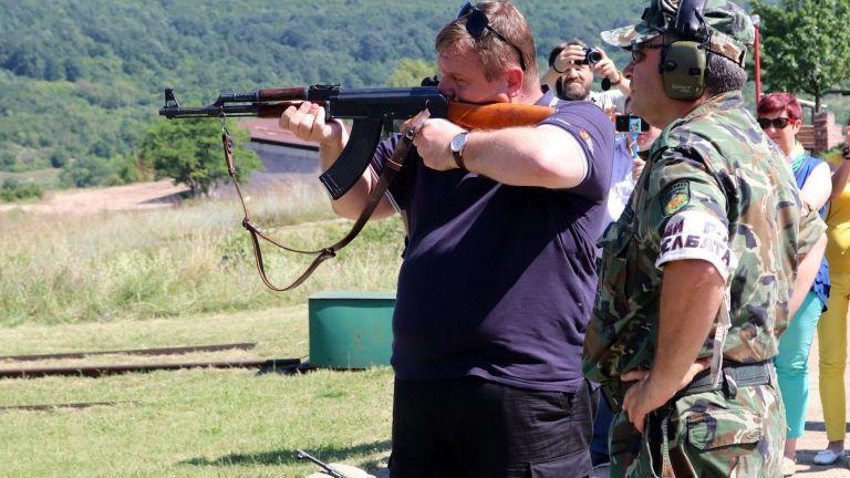 """Каракачанов стреля с """"Калашников"""" и обяви: Внасям Закон за доброволната военна служба (снимки)"""