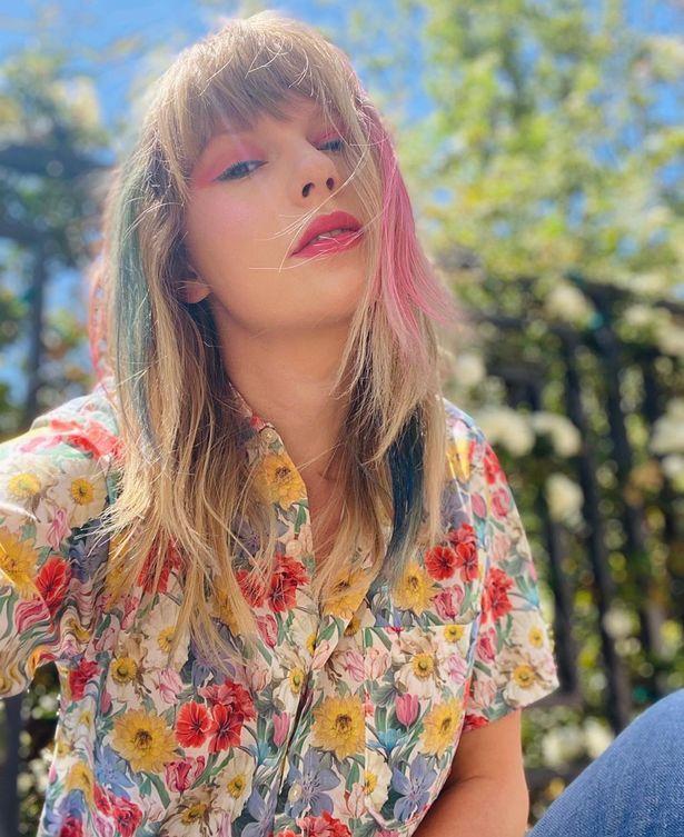 Тейлър Суифт с розови кичури