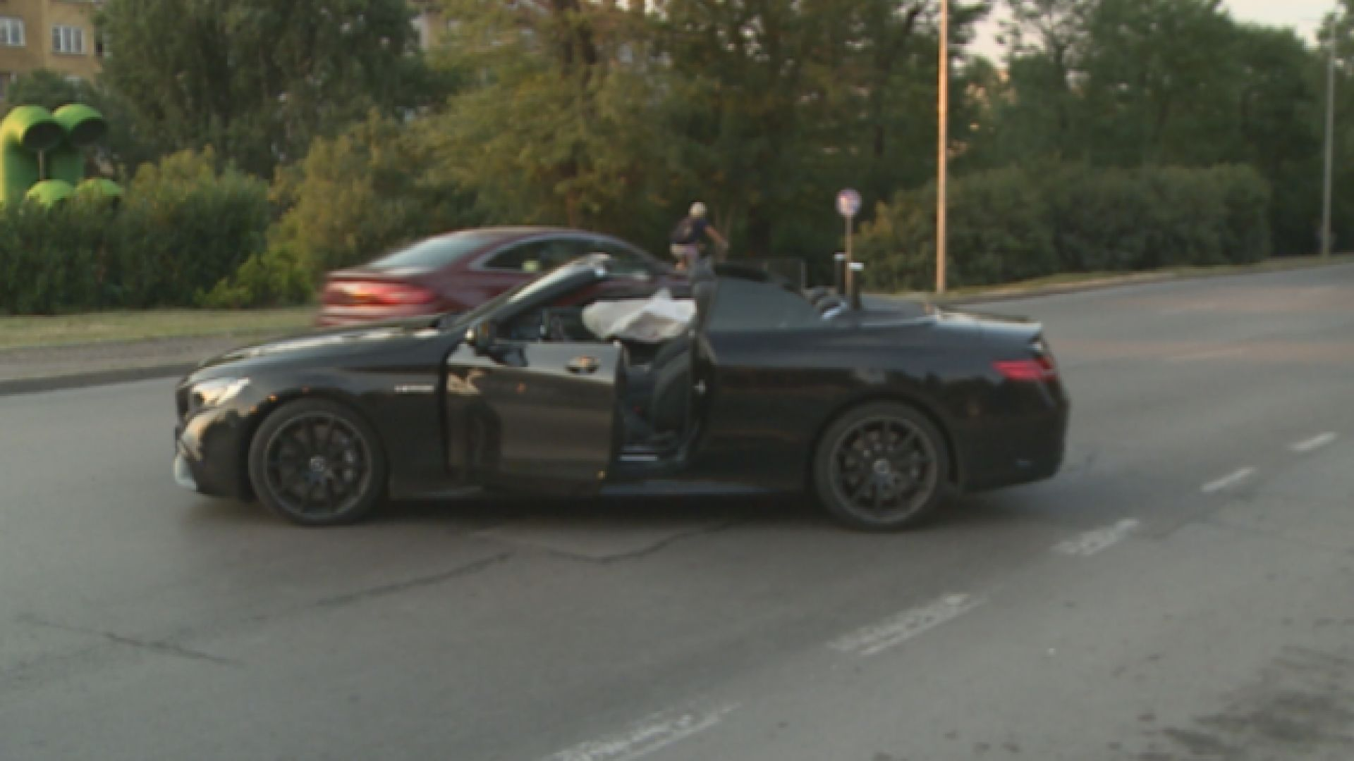 Двама ранени при удар между кола за доставка и луксозен автомобил до Моста на влюбените