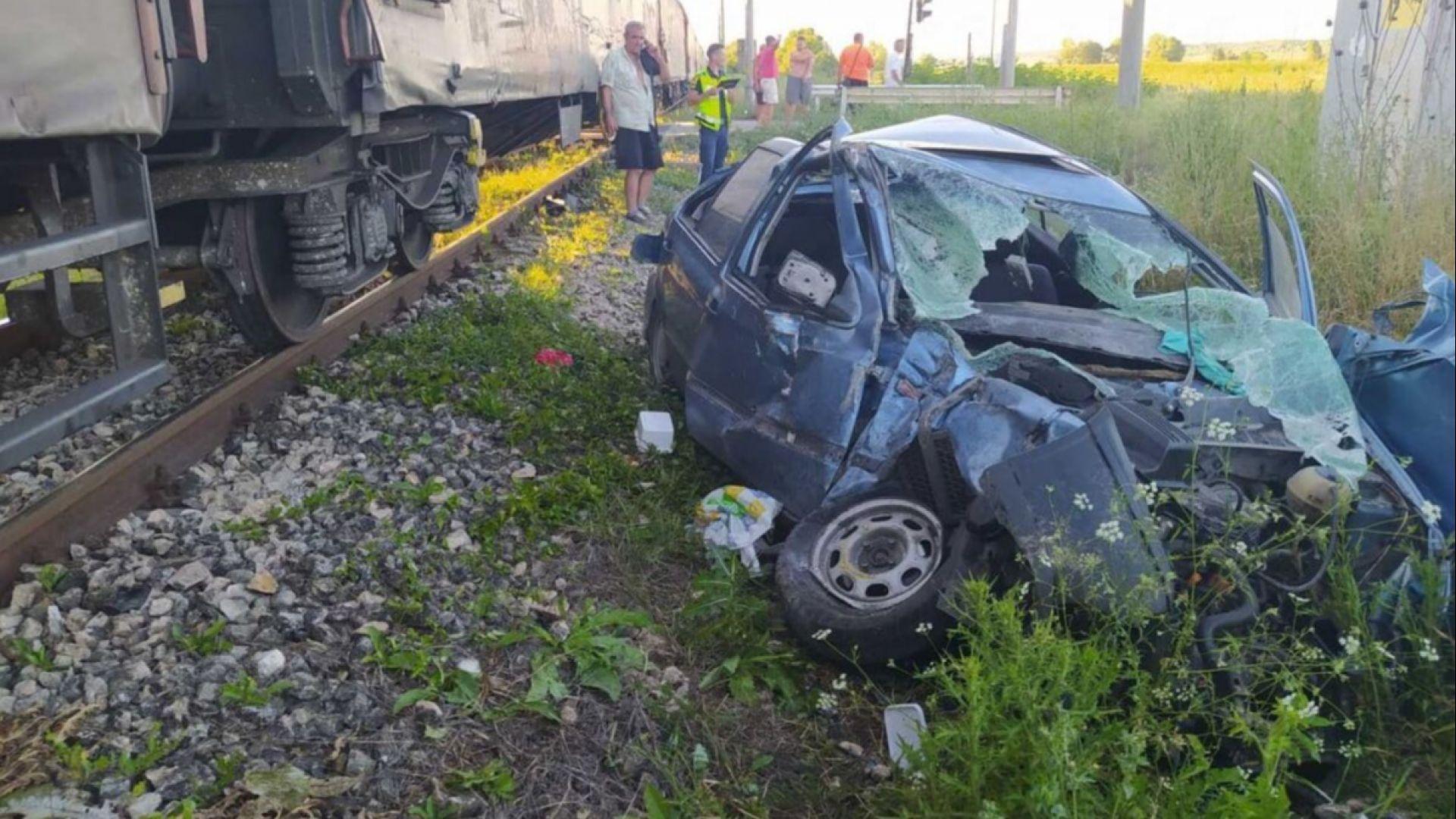 Пенсионер излезе само с болки в ръката от смачкания си Голф след катастрофа с товарен влак