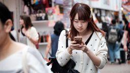 Японски град забрани пешеходци да ползват смартфони