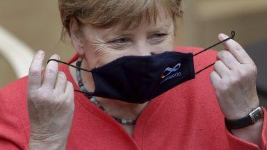 Меркел публично с маска за пръв път от началото на пандемията, избра специално лого